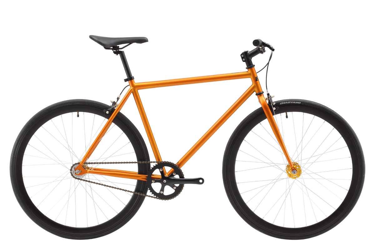 Велосипед Black One Urban 700 (2017) черный 20СПОРТИВНАЯ ПОСАДКА<br>Велосипед Black One Urban 700 обладает простой конструкцией, малым весом и быстротой шоссейного велосипеда. Эта модель легко превращается из велосипеда с прямой передачей – fixied, в велосипед со свободным ходом - single speed. Для этого, необходимо перевернуть заднее колесо. В варианте fixied, велосипедисты не пользуются тормозной системой для остановки велосипеда – остановка происходит за счёт силы ног. Но, при использовании свободного хода, тормоза необходимы. Потому, Black One Urban 700 оборудован клещевыми шоссейными тормозами. Большие, 28-ми дюймовые, колёса обладают большей жёсткостью, за счёт применения высокого профиля. Колёса обуты в шоссейную резину шириной 23 мм, идеальную для асфальтированных, городских дорог.<br><br>бренд: BLACK ONE<br>год: 2017<br>рама: Сталь (Hi-Ten)<br>вилка: Жесткая (сталь)<br>блокировка амортизатора: None<br>диаметр колес: 700C<br>тормоза: Клещевые (U-brake)<br>уровень оборудования: Начальный<br>количество скоростей: 1<br>Цвет: черный<br>Размер: 20