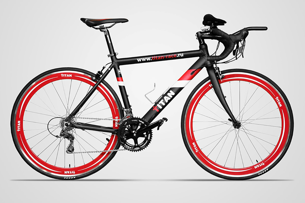 Велосипед для триатлона TITAN 17180-1A/1B черно-красно-белый 500 mmШОССЕЙНЫЕ<br>Шоссейный велосипед, с полным обвесом, созданный специально для триатлона, и не только. Гарантия от производителя - 2 года. Недорогое, но качественное оборудование и 16-ти скоростная трансмиссия позволяют новичкам проводить эффективные тренировки. Велосипед оборудован велокомпьютером Junsd JS-2161 и карбоновыми педалями VP R73H #40;вес 280гр#41;, в базовой комплектации установлен лежак - обязательное оборудование на велосипеде предназначенном для триатлона. Данный велосипед выпускается в двух размерах рам: 50см #40;высота седла 920мм , вес 10,55кг#41; и 54см #40;высота седла 960мм , вес 11,04кг#41;. Вес велосипеда указан без лежака и педалей. Характеристики педалей VP R73H: вес - 280гр/шт., ось - Cr-Mo, материал тела педали - HiPAC carbon, усилие прижима - 80-180 кгс/см. Характеристики велокомпьютера Junsd JS-2161 : проводной, 3 строки экрана, скорость текущая, скорость средняя, скорость максимальная, сравнение скоростей, общее расстояние, расстояние за тренировку, термометр, время поездок.<br><br>бренд: TITAN<br>год: 2018<br>рама: Алюминий (Alloy)<br>вилка: Жесткая (алюминий)<br>блокировка амортизатора: None<br>диаметр колес: 700C<br>тормоза: Клещевые (U-brake)<br>уровень оборудования: Любительский<br>количество скоростей: 16<br>Цвет: черно-красно-белый<br>Размер: 500 mm